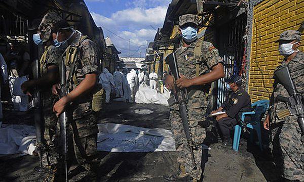 Soldaten im niedergebrannten Gefängnis / Bild: (c) AP (Fernando Antonio)