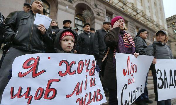Demonstration in Kiew gegen die akuten Mängel im Gesundheitssytsem / Bild: APA/EPA/SERGEY DOLZHENKO