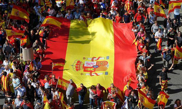 In Barcelona gingen am Sonntag Hunderttausende Menschen für die Einheit Spaniens auf die Straßen. / Bild: APA/AFP/LLUIS GENE
