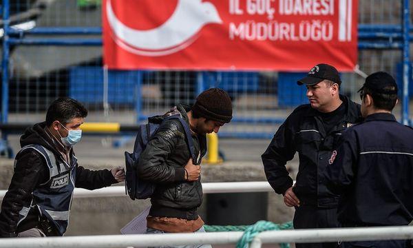Rückführung von Flüchtlingen aus Europa in die Türkei / Bild: APA/AFP/OZAN KOSE