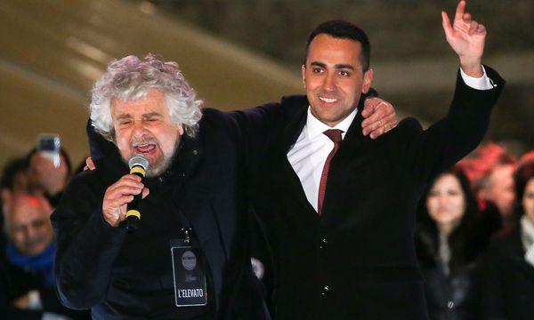 Der Gründer der Fünf-Sterne-Bewegung Beppe Grillo mit Spitzenkandidat di Maio. / Bild: REUTERS/Tony Gentile