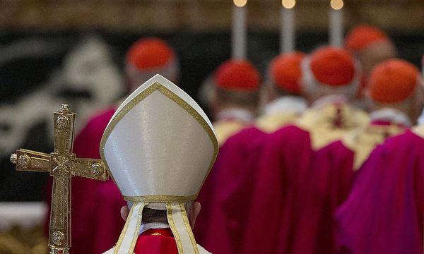 Papst Franziskus im Kreise von Kardinälen. Nicht alle sind ihm wohlgesonnen / Bild: APA/EPA/GREGORIO BORGIA / POOL