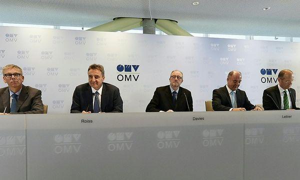 OMV-Chef Roiss (zweiter von links) will Gas-Vorstand Floren (ganz rechts) entmachten. / Bild: APA/HERBERT NEUBAUER
