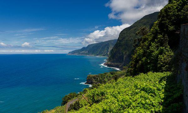 (c) Francisco Correia/Greendevil An vielen Stellen fällt die Küste steil ab.