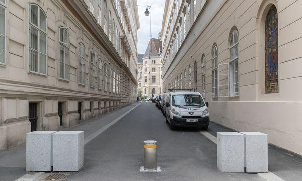 Poller bzw. Barrieren vor der Leopold-Figl-Gasse (1. Bezirk) zwischen Herrengasse und Minoritenplatz, wo sich Innen- und Außenministerium befinden. / Bild: Gilbert Novy / KURIER / picturedesk.com
