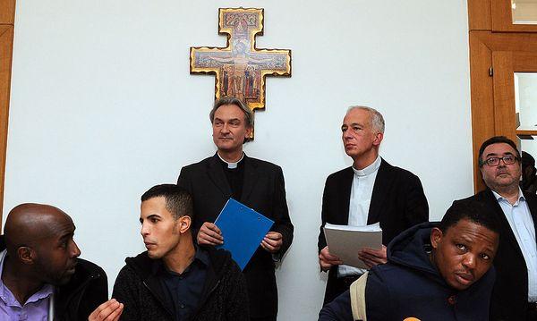 Caritasdirektor Michael Landau (R.) und Bischofsvikar Dariusz Schutzki (L.) am Freitag, 21. Dezember 2012, während einer Pressekonferenz anl. des Runden Tisches zum Thema 'Flüchtlinge in der Votivkirche' in Wien. / Bild: APA/HERBERT PFARRHOFER