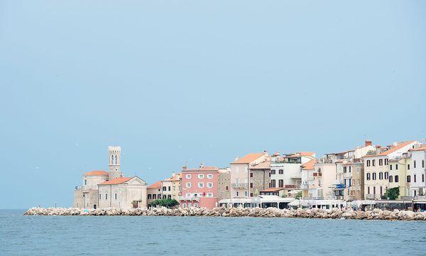Piran ist der Zugang Sloweniens zur Adria. Mit Kroatien wird über einen Zugang zu internationalen Gewässern gestritten. / Bild: APA/AFP/JURE MAKOVEC
