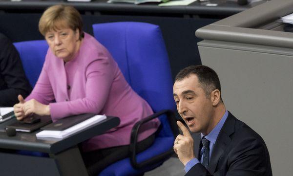 Schwarz-grüner Gleichklang im Bundestag: Angela Merkel lauscht den Ausführungen des Parteichefs Cem Özdemir. / Bild: APA/dpa/Michael Kappeler