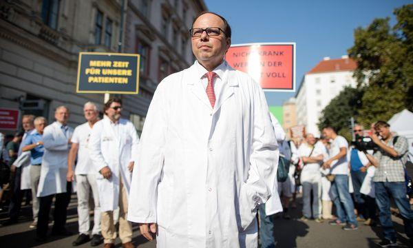 Ärztekammer-Präsident Szekeres (hier bei einer Ärzte-Demo 2016) stellt sich gegen geplante Einsparungen.  / Bild: (c) GEORG HOCHMUTH / APA / picturedesk