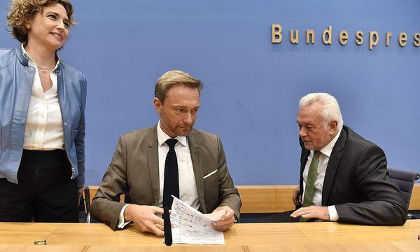 Nicole Beer, Christian Lindner und Wolfgang Kubicki bereiten sich auf Koalitionsgespräche vor. / Bild: APA/AFP/JOHN MACDOUGALL