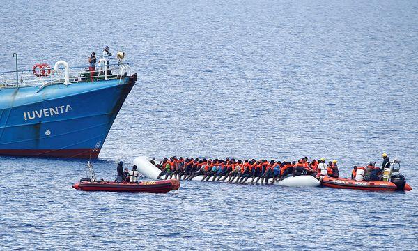 NGO-Schiff 'Juventa' und Flüchtlingsboote / Bild: REUTERS