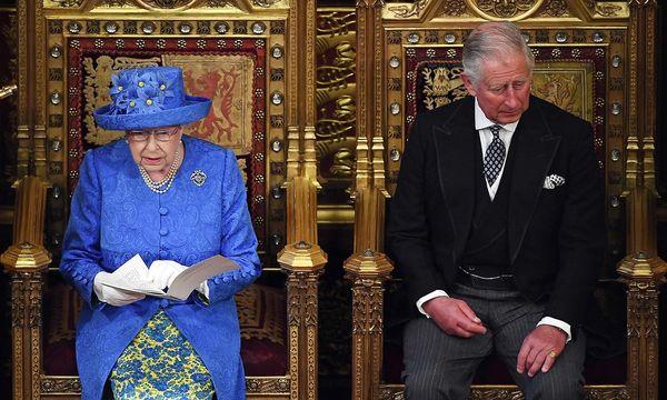 Die Queen und ihr Sohn Prinz Charles. / Bild: APA/AFP/POOL/CARL COURT