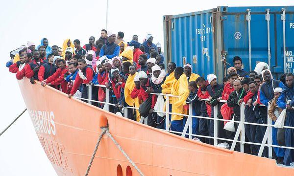 """Archivbild: Ende Mai landen Miganten auf einem Schiff der NGO """"SOS Mediterranee"""" auf Sizilin. Ein Ende des Flüchtlinsstroms ist nicht in Sicht. / Bild: imago/Pacific Press Agency"""