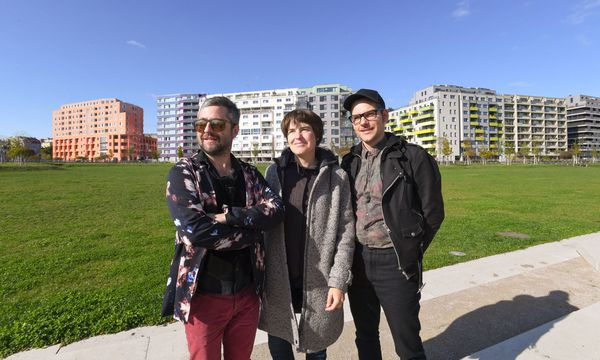 Künstlerduo Kozek Hörlonski (Peter Kozek, links, Thomas Hörl) und Doris Krüger im Helmut-Zilk-Park. / Bild: (c) DIMO DIMOV