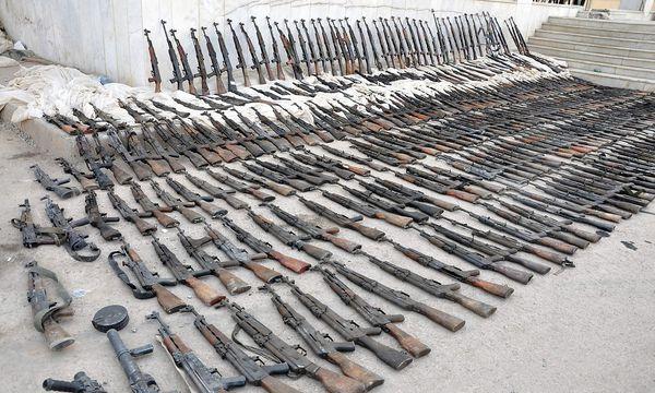 Archivbild. Diese Waffen konfiszierten syrische Truppen angeblich vom IS. / Bild: APA/AFP/STRINGER