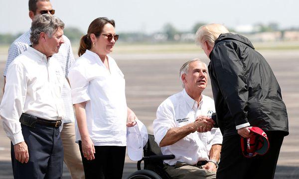 US-Präsident traf am Samstag im Krisengebiet erneut auf Gouverneur Greg Abbott. / Bild: REUTERS