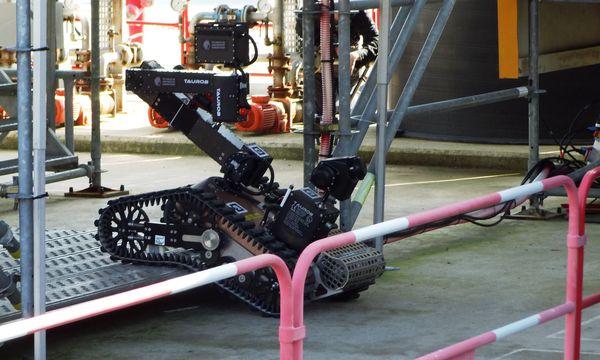 Roboter ´Argonaut´ erklimmt Stufe auf Ölplattform / Bild: (c) taurob GmbH und TU Darmstadt (taurob GmbH und TU Darmstadt)