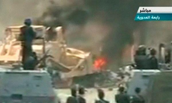 TV-Bilder zeigen, wie Sicherheitskräfte nut Bulldozern die Barrikaden zerstören /