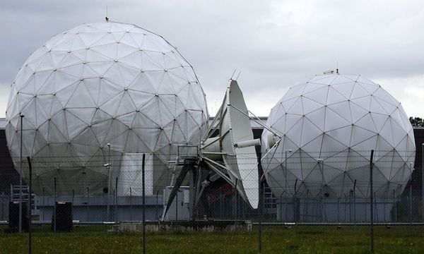 A satellite dish is seen in the former monitoring base of the National Security Agency in Bad Aibling / Bild: REUTERS