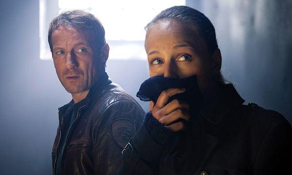 Lorenz (Petra Schmidt-Schaller) und Falke (Wotan Wilke Möhring) in der verrußten Zelle / Bild: (c) ORF (Alexander Fischerkoesen)
