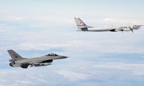 Hier war es nur eine Übung, als eine norwegiesche F-16 neben einer russischen Tupolev Tu-95 flog. / Bild: (c) Reuters