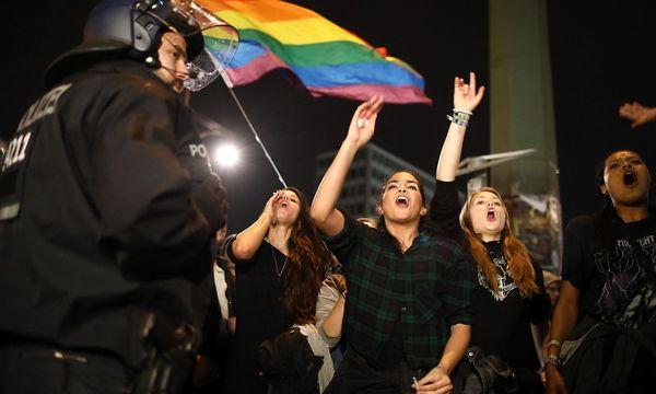 Junge Frauen zählen nicht zur AfD-Klientel - diese Bild entstand bei einer AfD-Gegendemonstration am Sonntagabend. / Bild: REUTERS
