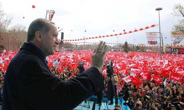 """Präsident Erdogan wirbt für ein """"Evet"""" beim Verfassungsreferendum. / Bild: APA/AFP/Turkish Presidential Pre"""