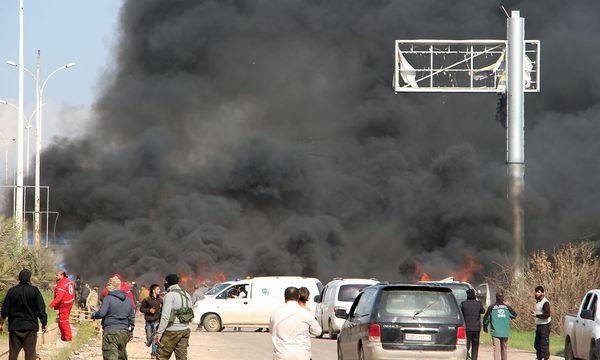 SYRIA-Eine Autobombe ging in dem Flüchtlinskonvoi hoch. / Bild: (c) APA/AFP/IBRAHIM YASOUF (IBRAHIM YASOUF)