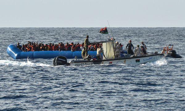 Flüchtlingsboot im Mittelmeer / Bild: APA/AFP/ANDREAS SOLARO