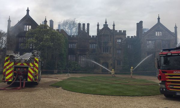 Parnham House in Dorset wurde ein Raub der Flammen. / Bild: (c) DWFRS/Craig Baker/Twitter