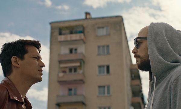 Die Wiener Hipster Benny (Faris Rahoma) und Marko (Aleksandar Petrović) werden für eine Problembezirk-Doku zu Klischee-Migranten. / Bild: (c) Golden Girls Filmproduktion
