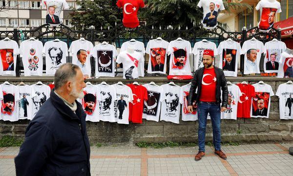 Erdogan und Atatürk: Ein Mann verkauft in der Schwarzmeerstadt Rize T-Shirts mit den Konterfeis der beiden wohl bekanntesten türkischen Politiker. / Bild: REUTERS