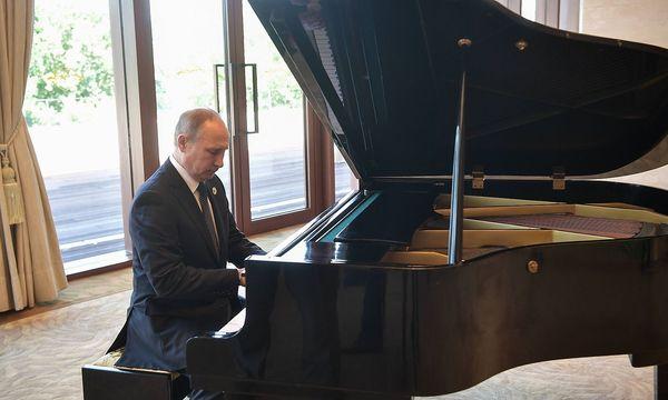 Wladimir Putin setzte sich an einen Flügel in Peking. / Bild: imago/ITAR-TASS