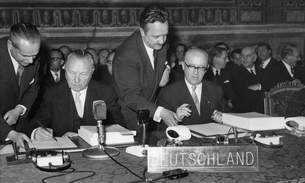 März 1957: Von deutscher Seite unterzeichneten die Gründungsverträge Bundeskanzler Konrad Adenauer (l.) und Staatssekretär Walter Hallstein.  / Bild: Ullstein Bild / picturedesk.com