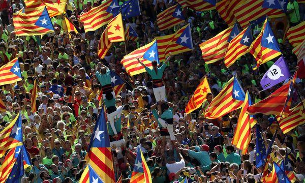 """Menschentürme und katalanische Nationalgefühle: Die """"Diada"""" im Zeichen der Unabhängigkeit. / Bild: (c) REUTERS (SUSANA VERA)"""