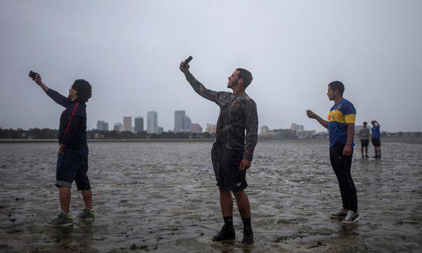 Selfie vor der Skyline der Stadt Tampa: Von den vorhergesagten starken Sturmfluten blieb die Bucht von Tampa weitgehend verschont.   / Bild: (c) REUTERS (ADREES LATIF)