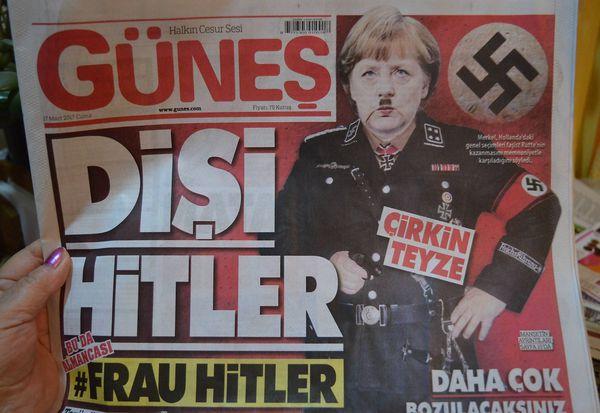 Türkische Zeitung zeigt Merkel als weiblichen Hitler. / Bild: imago/Pacific Press Agency