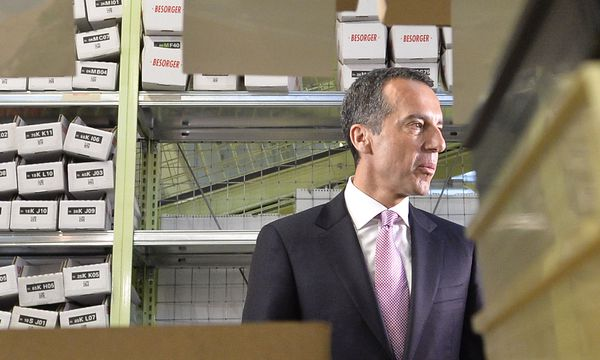 Christian Kern zu Besuch beim Pharmagroßhändler Herba Chemosan Apotheker AG in Wien. / Bild: APA/HERBERT NEUBAUER