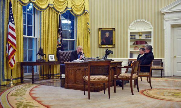 Ohne sie geht nichts: Wenn Donald Trump mit ausländischen Staatsführern telefoniert, sind Stephen Bannon (rechts) und Michael Flynn stets dabei. / Bild: (c) APA/AFP/MANDEL NGAN (MANDEL NGAN)