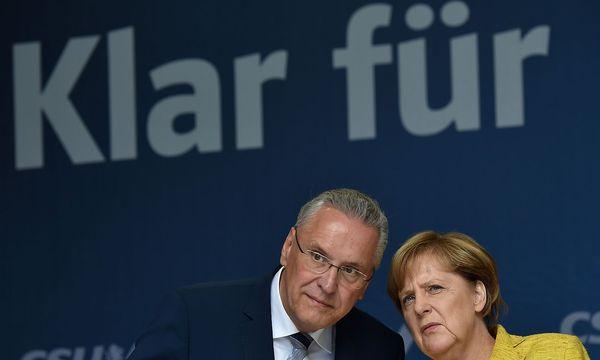 Angela Merkel ist eher gegen eine Obergrenze, die CSU klar für - doch als Koalitionsbedingung kann das kaum funktionieren. / Bild: APA/AFP/CHRISTOF STACHE