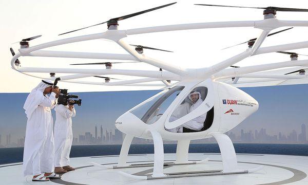 "Dubais Kronprinz Scheich Hamdan bin Mohammed bin Rashid Al Maktoum im ""Autonomous air taxi"", dem fliegenden Taxi / Bild: (c) REUTERS (XXSTRINGERXX xxxxx)"