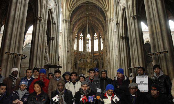 Die Asylwerber bei einer Pressekonferenz in der Votivkirche. / Bild: (c) Dapd (Ronald Zak)