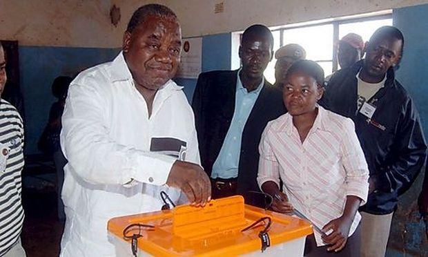 Praesident Banda bei der Stimmabgabe