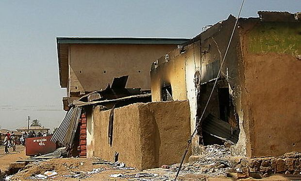 Ein verbranntes Haus in Nigeria