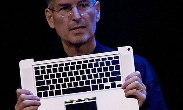Steve Jobs mit dem Aluminium Gehäuse des neuen MacBook