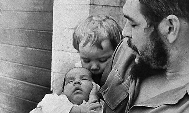 Guevara mit seinen Kindern 1965