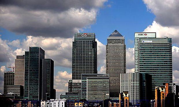 Dunkle Wolken über dem Finanzviertel an der Canary Wharf