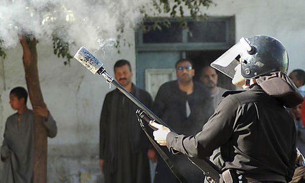 Die ägyptische Polizei setzt Tränengas gegen koptische Demonstranten ein.