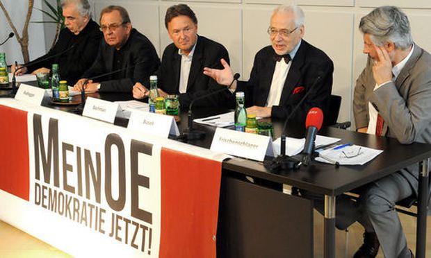 Die Initiatoren des Volksbegehrens bei einer Pressekonferenz