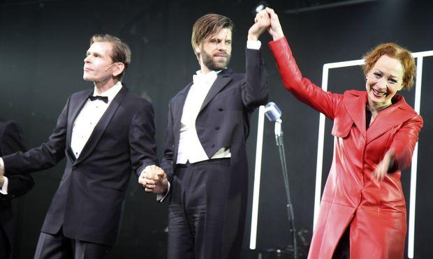 Tonio Arango, Christian Frank und Sona MacDonald bei der Premiere der Uraufführung des Theaterstücks.